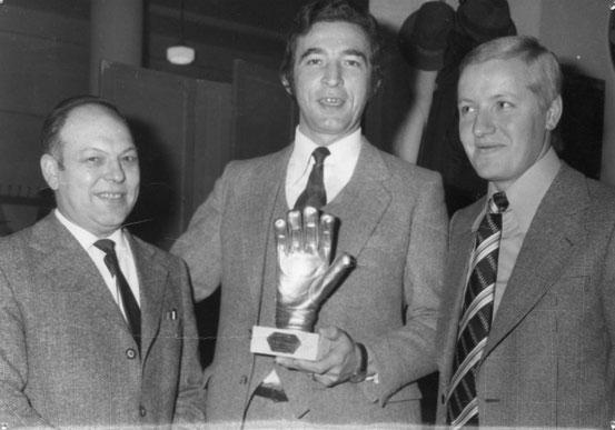"""Remise du """"Gant d'Or"""" à José LETROYE en novembre 1973"""