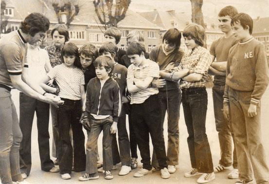 Initiation à la balle pelote par José Letroye sur la Place en 1974