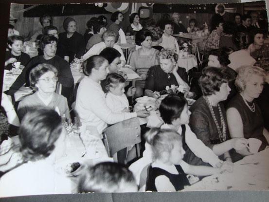 Sur cette photo, on reconnait ma maman, ma soeur (sur ses genoux) et mes deux grands-mères