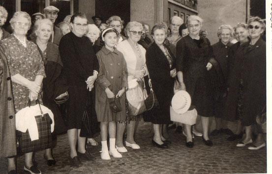 La petite fille avec les tresses, c'est moi, à ma droite, ma grand-mère maternelle Louisa HOET ..sur la 1ère photo à ma gauche