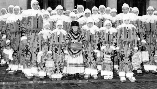 Les Gilles Nivellois devant l'Hôtel de Ville en 1972