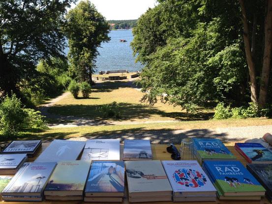 Die entspannten Seiten des Verlegerlebens: Zu Gast beim LCB am Wannsee. (Foto: Blanka Stolz)