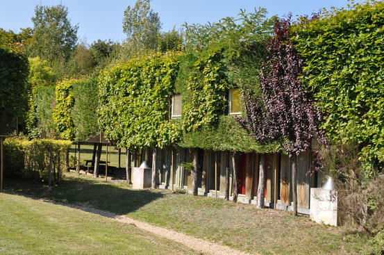 La façade végétalisée d'un gîte