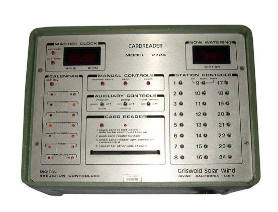 1986. California. Una autentica computadora. Funciona con una serie de tarjetas perforadas que se insertan en la ranura de la tarjeta de la placa central.