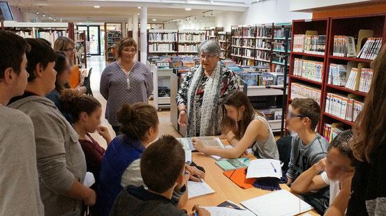 Anne Gravelat et Maryvonne Talbot présentent des documents aux élèves de 3ème de Saujon