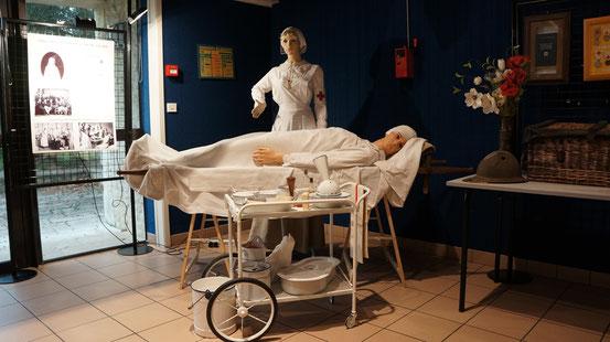 Une infirmière et un blessé à la salle Equinoxe de Vaux-sur-Mer