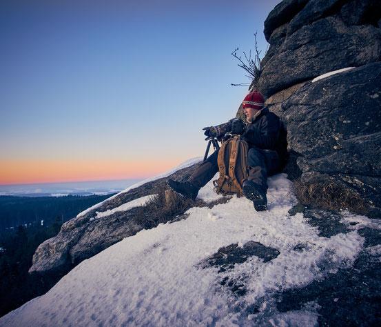 Der Fotograf Christopher Rau in Aktion: hier beim fotografieren eines Sonnenaufganges im winterlichen Fichtelgebirge