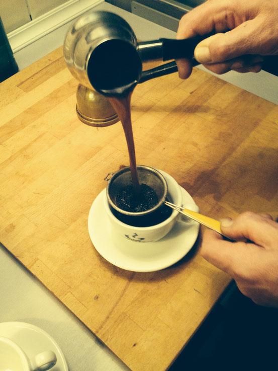 Mit Sieb abgießen, kleine Kaffeesatz Rückstände im Kaffee sind nicht zu vermeiden
