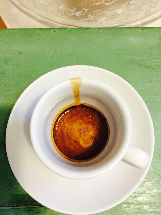 Der dunkle Ring zeigt, dass die Crema verbrannt ist. Überextraktion.Der Espresso ist während des Vorgangs im Siebträger verbrannt. Er schmeckt rauchig verbrannt.