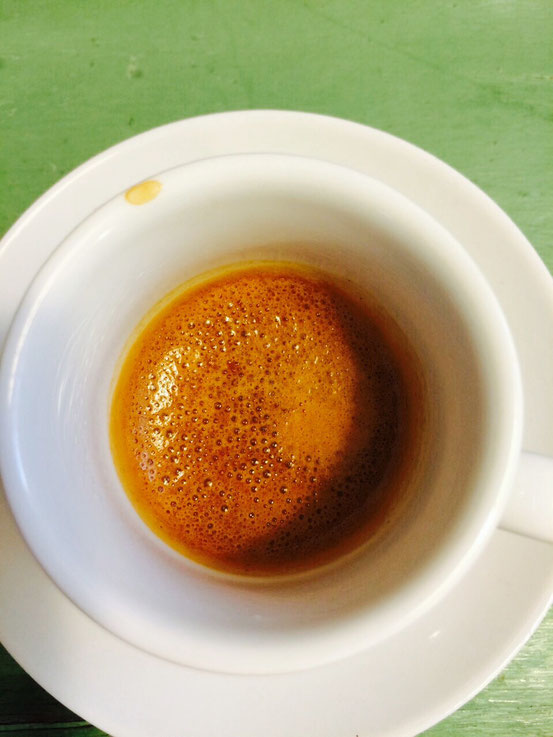 Der Espresso lief hier zu schnell durch . Zu erkennen an der helleren Farbe und den Bläschen. Der Geschmack bleibt säuerlich.
