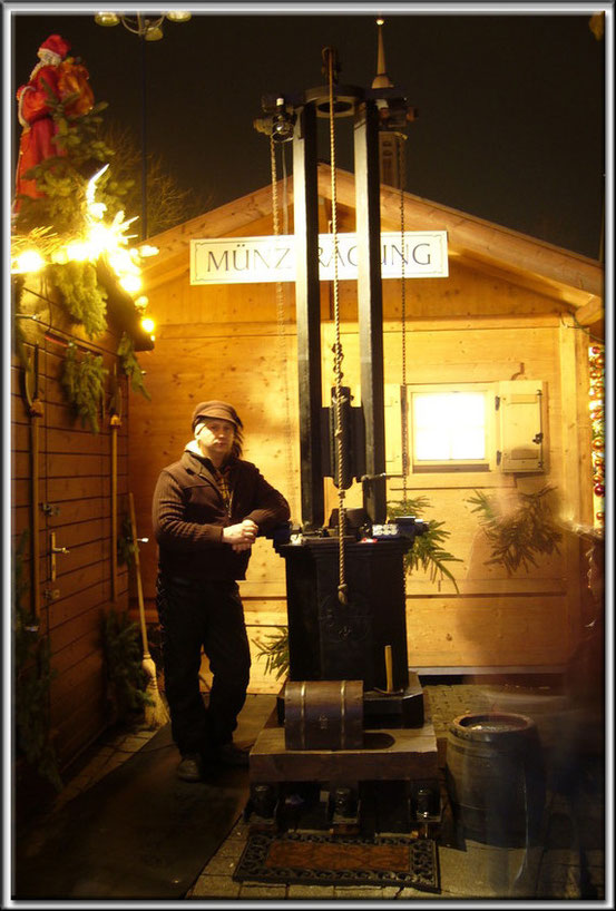 """Münzpräger mit Fallhammer auf dem """"Dortmunder Weihnachtsmarkt"""" - Jahr 2002"""
