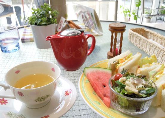 Cafe香逢さんのハーブティーとサンドイッチプレート