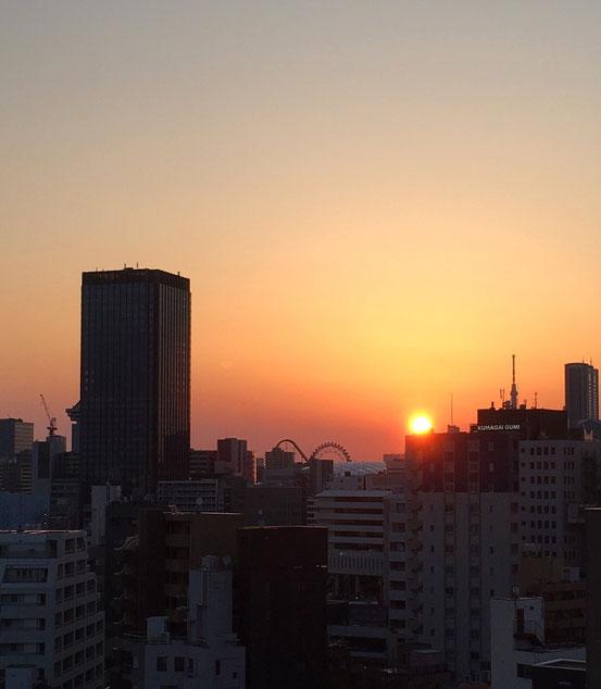 神楽坂のビルからの朝日