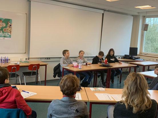 Blick auf die Vorleser über die Köpfe der Jury.