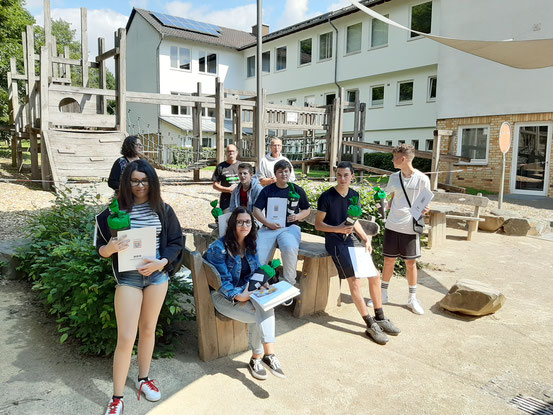 Die anwesenden Schülerinnen und Schüler der H9 sowie die Lehrer M. Koch, R. Detsch sowie der ehemalige Klassenlehrer W. Trolp. Foto: Schüler