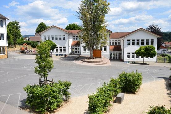 Blick auf das Grundschulgebäude
