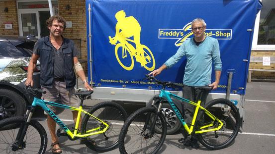 Lehrer Eckhard Schneider und Freddy Wurmbäck von Freddy`s 2Rad-Shop mit neuen Mountainbikes. Seid gespannt...