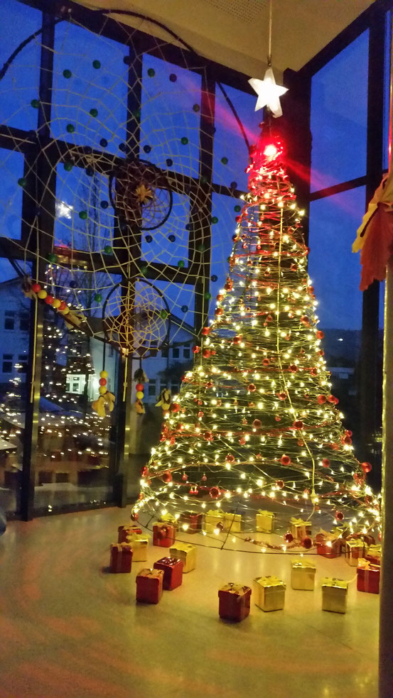 Weihnachtsbaum Drahtgestell.Neuer Weihnachtsbaum 2016 Steht Cornelia Funke Schule Gemünden
