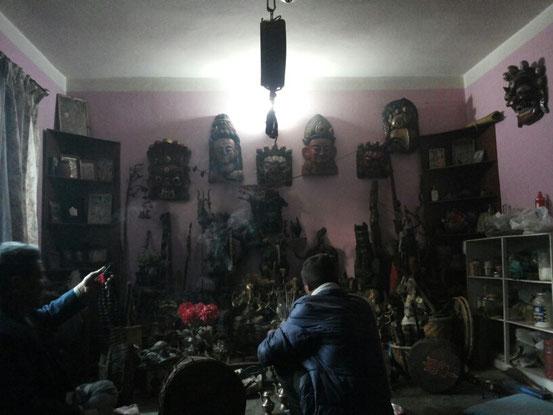Schamanisches Ritual vor dem grossen Altar...und wir alle trommeln, was wir koennen