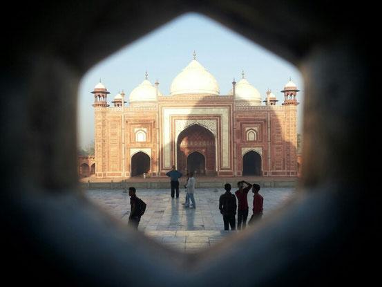 Vom Inneren des Taj ein Blick auf die Moschee