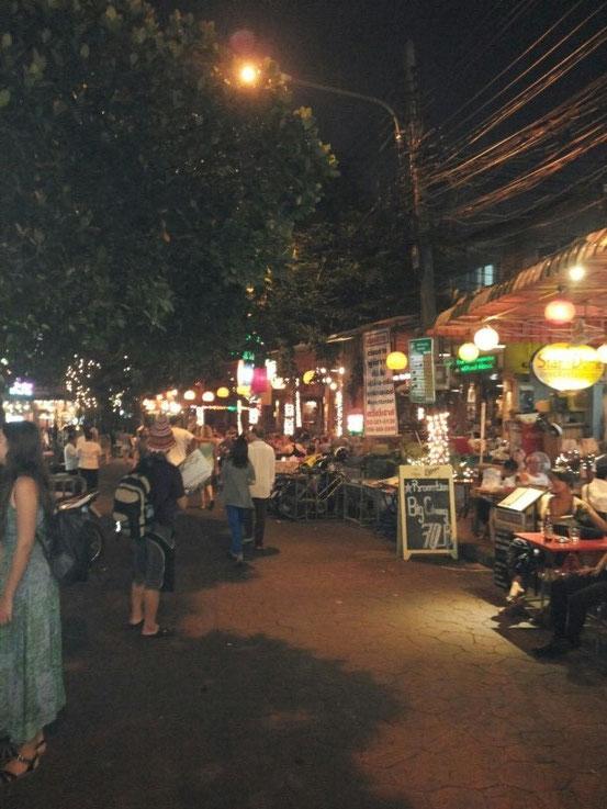 Hier gibt es schmerzhafte Thai-Massagen, viel Alkohol und Essen mit viel zu vielen Beinen
