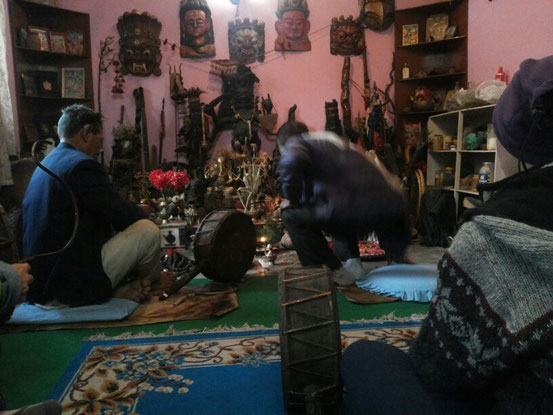 Zwei Schamanen bereiten ein Ritual vor, wir warten gespannt mit unseren Trommeln