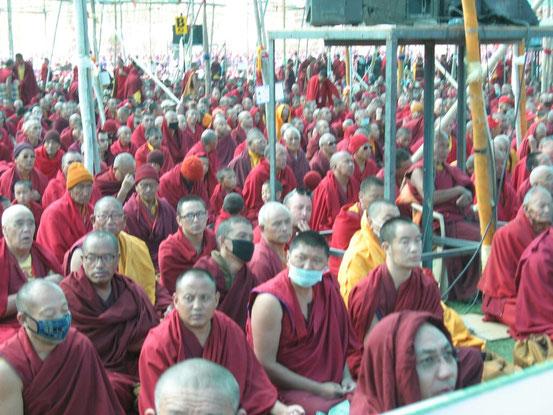 Viele tausend Mönche warten schon seit Stunden in Gebet und Meditation auf seine Heiligkeit