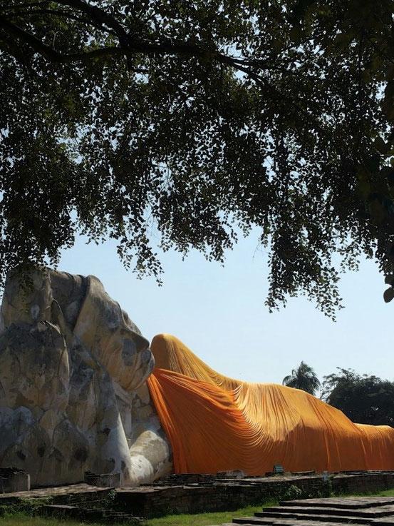 Der liegende Buddha des Wat Lokayasutharam (Thai วัดโลกยสุธาราม - Tempel der Erde in Ayutthaya