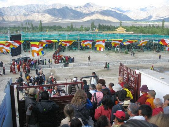 So sieht der Platz aus, wo die Kalachakra-Initiation stattfindet. Alle sitzen auf Teppichen auf dem Boden und der Dalai Lama sitzt unter dem kleinen goldenen Dach rechts hinten...neben Richard Gere...