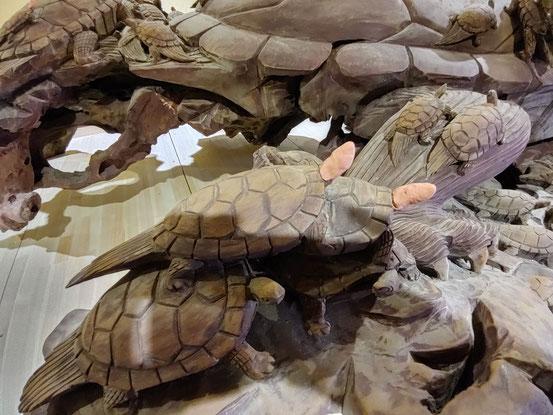 施設内で大きな音を出すことができないため、粘土で大きさを決めてアトリエで彫ってから付けることにします。それにしてもこれだけの亀をよく彫ったものです。2月18日