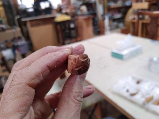 修理中の亀の頭です。小さくて彫りにくいです。2月22日