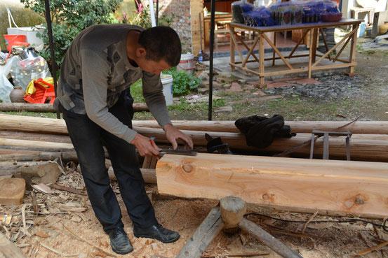 中庭では職人さんが柱の加工を。