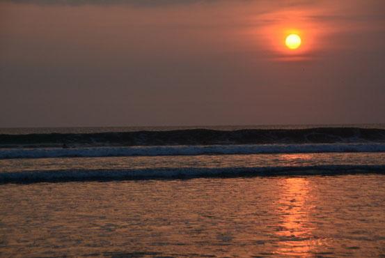 夕方宿に戻り、再度クタビーチへ。ココのサンセットはサイコーですね。サーファーたちが陽が完全に落ちるまでズッと波乗りを楽しんでます。