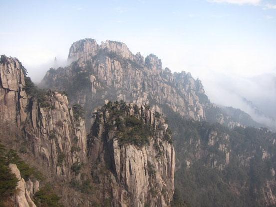 かなりのスピードのあるゴンドラで上まで上がるとさっそく絶景が。ココで標高1650m。ココからはのんびりと散策かとおもいきや・・・。