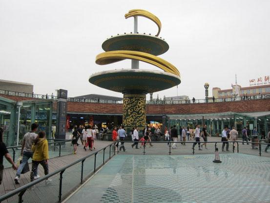 【おまけその2】駅の上がちょうどこんな感じの広場になっています。