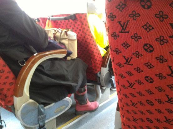 今日のバスはヴィトンのシートでチョ~豪華!?