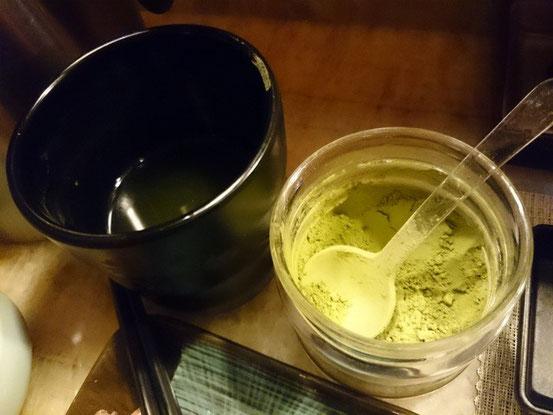 お茶は粉末のものでセルフサービス。回転寿司を参考にしなのかな?