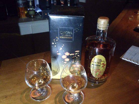 「金粉入りの梅酒」ということでおとなりのお客さんから一杯いただきました。