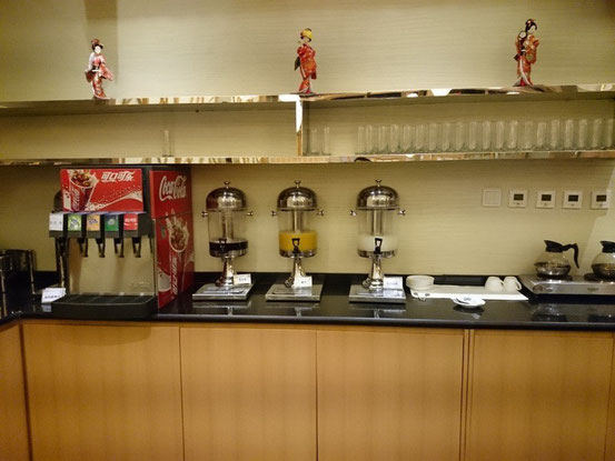 ドリンクバーコーナー。カルピスにコーヒーまであります。アルコールは別途。