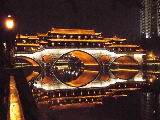 橋の上にもレストランがあるんです。