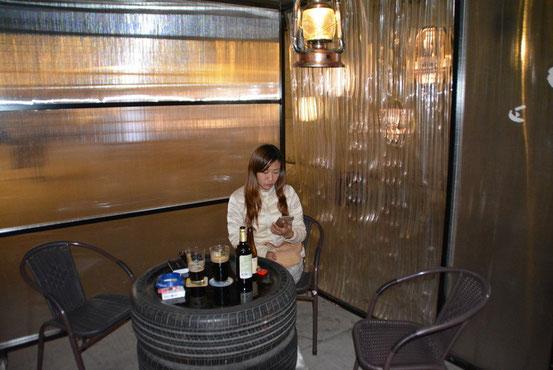 さすがに夜は冷え込みます。オーナーがこちらへどうぞと、三方を囲ってある暴風席で。テーブルはセコタイヤで。