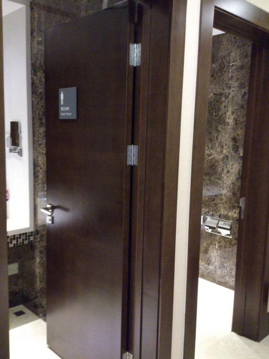 サニタリールームという形で男用だけでも個室が4つありました。