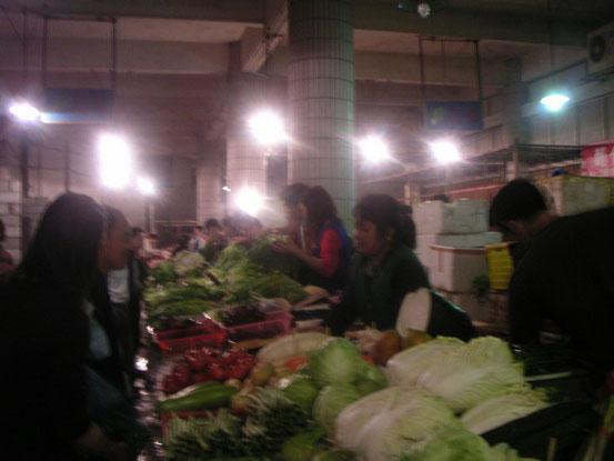 お買い物は住んでるマンションの前の市場。