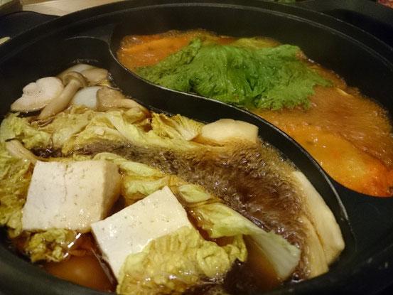 コレが「鸳鸯锅(YuanYangGuo)」です。今日はすき焼きと和風激辛スープをセレクト。