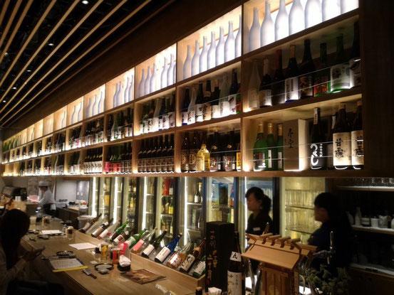 まず目に飛び込んでくるのが日本酒をズラリと並べてあるカウンター。さすがに山本さんのお店だけあって豊富な種類の日本酒が並んでいます。(画像はトップのものと同じです。)