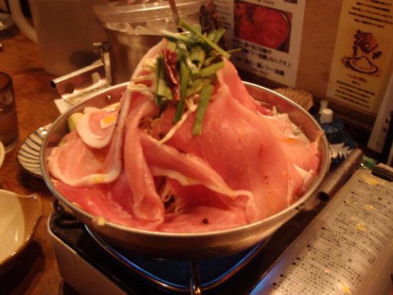 マスコミにも紹介された名物の「あぐー豚ラー油鍋」。なんとコレで一人前!ムリ言って一人前でお願いしました~。^^