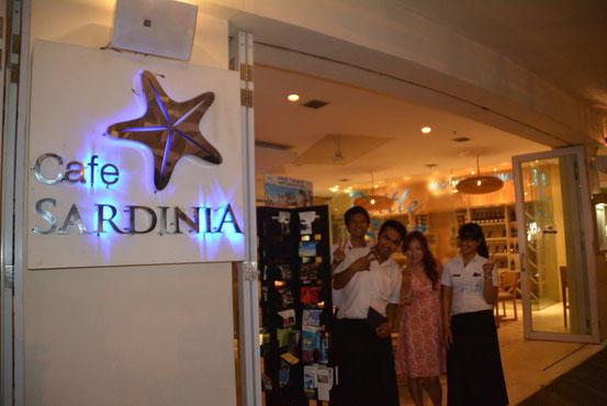 店の名前は「SARDINIA」。帰りにスタッフと一緒にハイポーズ!