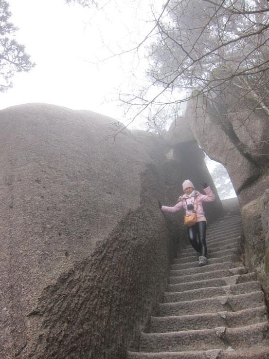 そこからは絶壁にへばりついた急な階段を永遠に下り続けます。