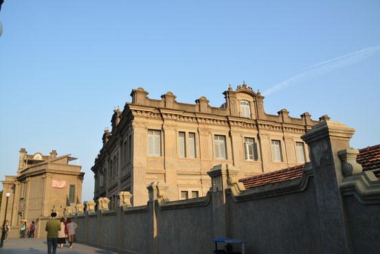 少し休憩してから本日のメインである「日光岩(RiGuangYan)」へ向かいます。その途中にもいろいろな建造物が見られます。