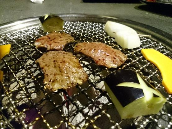 お肉は炭火で焼きます。いい炭を使ったらもっとおいしく焼けるよ、との話をしたら今は更に炭もグレードアップさせたそうです。